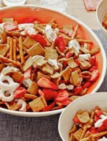 Strawberry-Pretzel Snack Mix